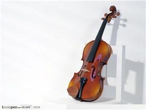 放在白色椅子上的小提琴-高清图片