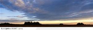 大草原上空五彩的云