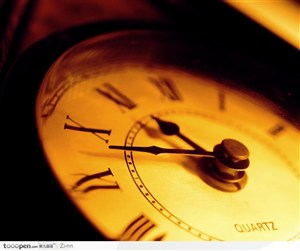 黄色灯光下的时钟
