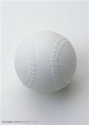 球类运动-一个白色垒球特写