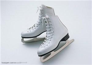 球类运动-一双白色溜冰鞋