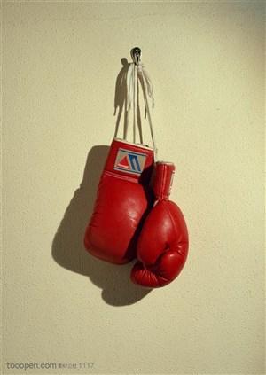 球类运动-挂在墙上的拳击手套