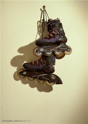 球类运动-挂在墙上的溜冰鞋