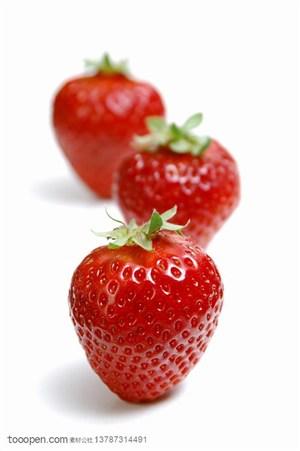 新鲜水果-三颗竖着的新鲜水果图片