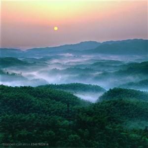 群山山脉- 竹海上方升起的一轮红日